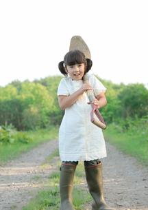 シャベルを担ぐ女の子の写真素材 [FYI03911859]