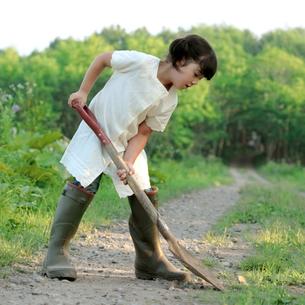 シャベルで穴を掘る女の子の写真素材 [FYI03911861]