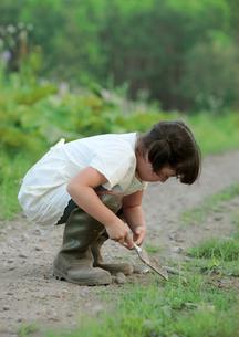 シャベルで穴を掘る女の子の写真素材 [FYI03911863]