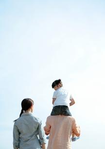 肩車をして遊ぶ親子の写真素材 [FYI03911894]