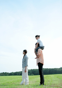 草原で肩車をする親子の写真素材 [FYI03911896]
