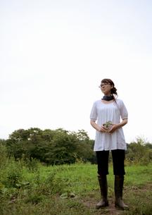 自然の中に佇む女性の写真素材 [FYI03911908]
