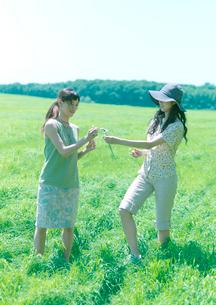 花冠を作る2人の女性の写真素材 [FYI03911932]