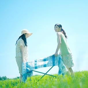 テーブルを運ぶ女性達の写真素材 [FYI03911984]