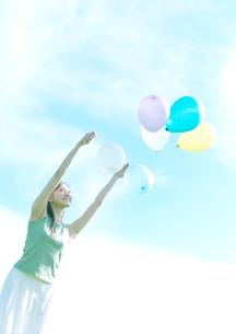 風船と女性の写真素材 [FYI03912045]