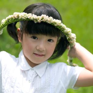 花冠を持った女の子の写真素材 [FYI03912138]