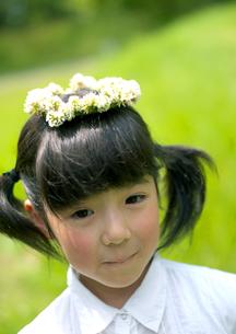 花冠を被った女の子の写真素材 [FYI03912141]