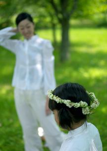花冠で遊ぶ親子の写真素材 [FYI03912146]