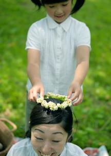 花冠で遊ぶ親子の写真素材 [FYI03912151]