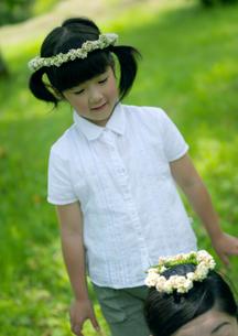 花冠で遊ぶ親子の写真素材 [FYI03912152]