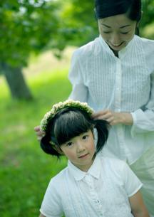 花冠で遊ぶ親子の写真素材 [FYI03912153]
