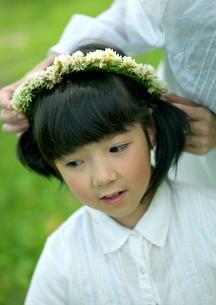 花冠で遊ぶ親子の写真素材 [FYI03912154]