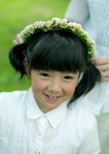 花冠で遊ぶ親子の写真素材 [FYI03912155]