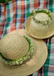 花冠の付いた麦わら帽子の写真素材 [FYI03912156]