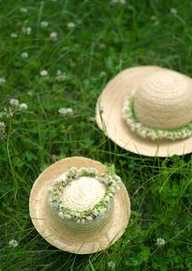 花冠の付いた麦わら帽子の写真素材 [FYI03912158]