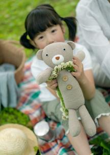 ぬいぐるみで遊ぶ女の子の写真素材 [FYI03912163]