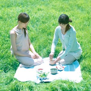 抹茶を点てる2人の女性の写真素材 [FYI03912272]