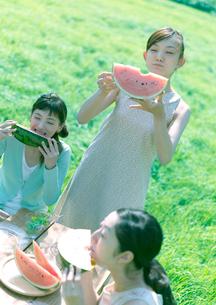 スイカを食べる3人の女性の写真素材 [FYI03912329]