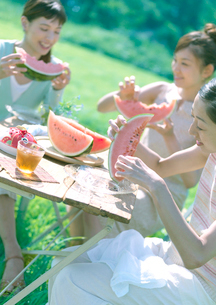 スイカを食べる3人の女性の写真素材 [FYI03912334]