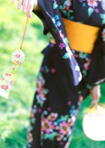 風鈴を持つ浴衣の女性の写真素材 [FYI03912376]