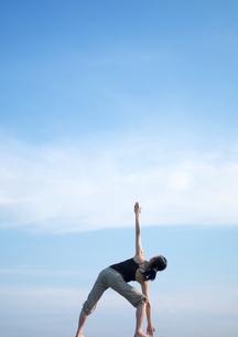 空とヨガをする女性の写真素材 [FYI03912387]