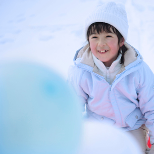 風船とソリに乗った女の子の写真素材 [FYI03912422]