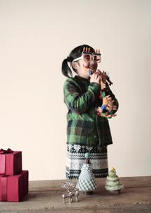 クリスマスグッズで遊ぶ女の子の写真素材 [FYI03912427]