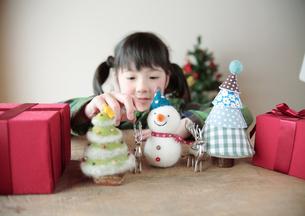 クリスマスグッズで遊ぶ女の子の写真素材 [FYI03912438]