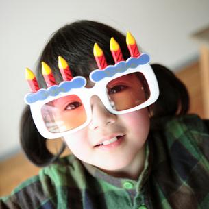 ユニークな眼鏡をかけた女の子の写真素材 [FYI03912442]