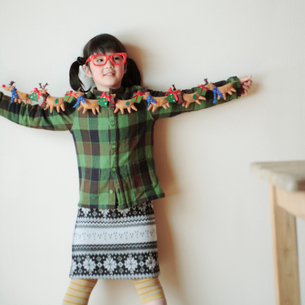 クリスマスグッズで遊ぶ女の子の写真素材 [FYI03912443]