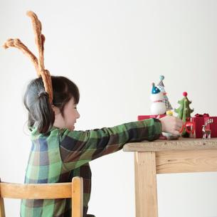 クリスマスグッズで遊ぶ女の子の写真素材 [FYI03912451]
