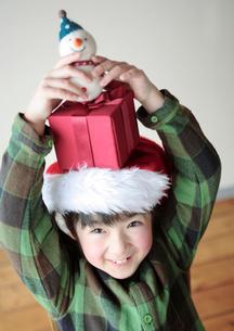 プレゼントを頭の上に乗せた女の子の写真素材 [FYI03912456]