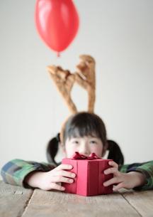 プレゼントを持つ女の子の写真素材 [FYI03912469]