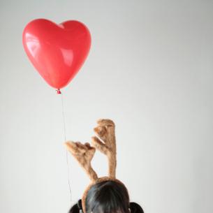 トナカイの被り物をした女の子と風船の写真素材 [FYI03912470]