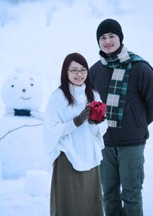 プレゼントを持つ20代のカップルの写真素材 [FYI03912485]