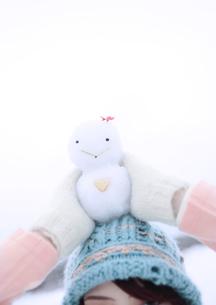雪だるまを頭の上に乗せる女性の写真素材 [FYI03912494]