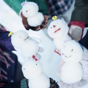 手にもったミニ雪ダルマの写真素材 [FYI03912538]