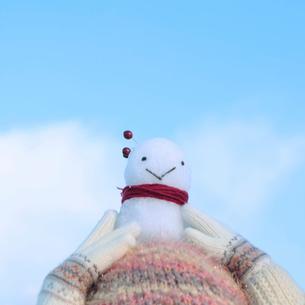 頭の上に置いた雪ダルマの写真素材 [FYI03912544]