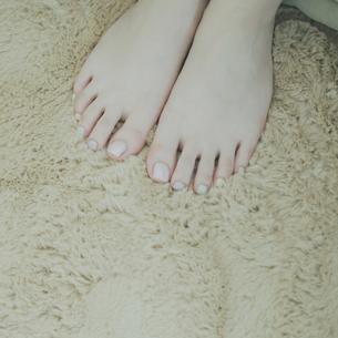 ペディキュアを塗った女性の足元の写真素材 [FYI03912657]