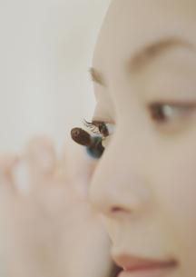 マスカラを塗る女性の目元の写真素材 [FYI03912679]