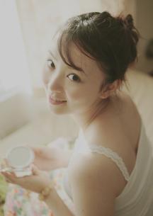 化粧をする女性の写真素材 [FYI03912709]