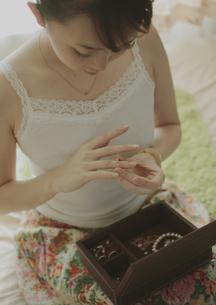 指輪をする女性の写真素材 [FYI03912711]