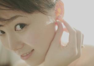 耳にピアスを合わせる女性の写真素材 [FYI03912713]