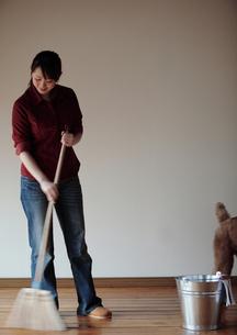 ほうきで床を掃く女性の写真素材 [FYI03912757]