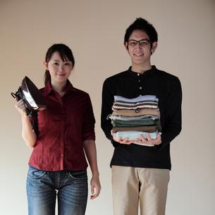 新生活を始めるカップルの写真素材 [FYI03912759]