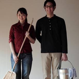 新生活を始めるカップルの写真素材 [FYI03912760]