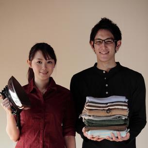 新生活を始めるカップルの写真素材 [FYI03912762]