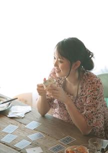 トランプをする20代の女性の写真素材 [FYI03912787]