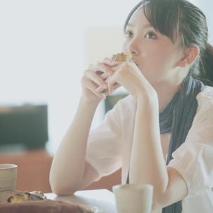 焼き芋を食べる女性の写真素材 [FYI03912799]