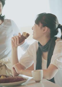 焼き芋を食べる娘と母の写真素材 [FYI03912800]